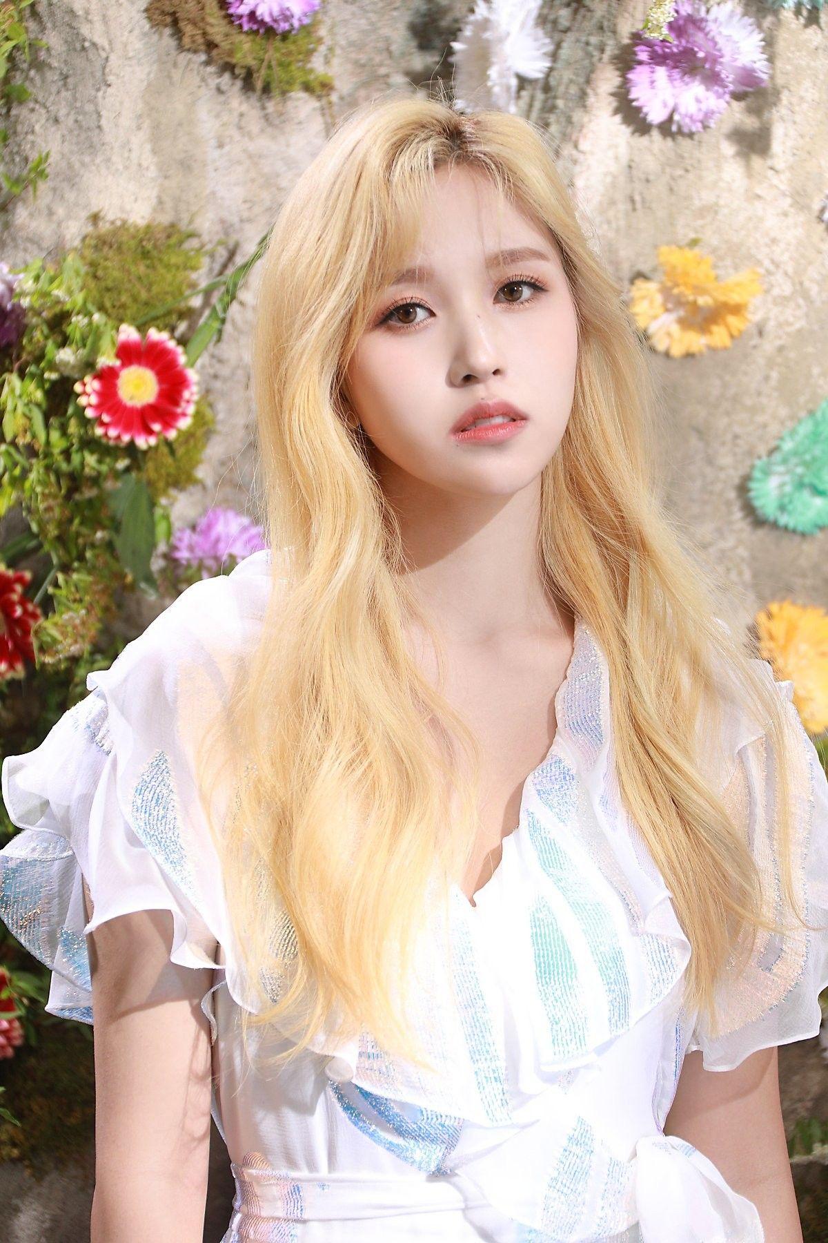 Mina mang nét đẹp thơ ngây, nhẹ nhàng như một tiểu thư danh giá. Nữ idol có làn da trắng sáng, cực hợp với việc chụp ảnh quảng cáo mỹ phẩm. Mina cũng khuoon mặt phù hợp với việc diễn xuất.
