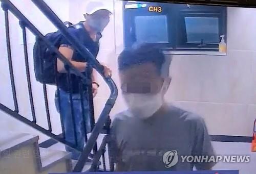 Hai trong số 3 người Việt trốn cách ly ở Hàn Quốc đã bị bắt. Ảnh: Yonhap.