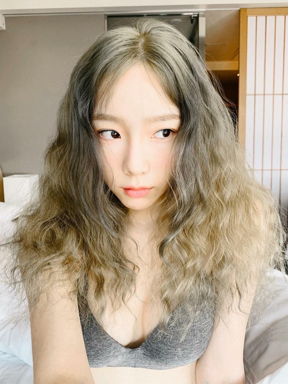 Kiểu tóc xoăn sóng nhỏ cũng rất hợp với gương mặt hack tuổi của nữ ca sĩ sinh năm 1989.