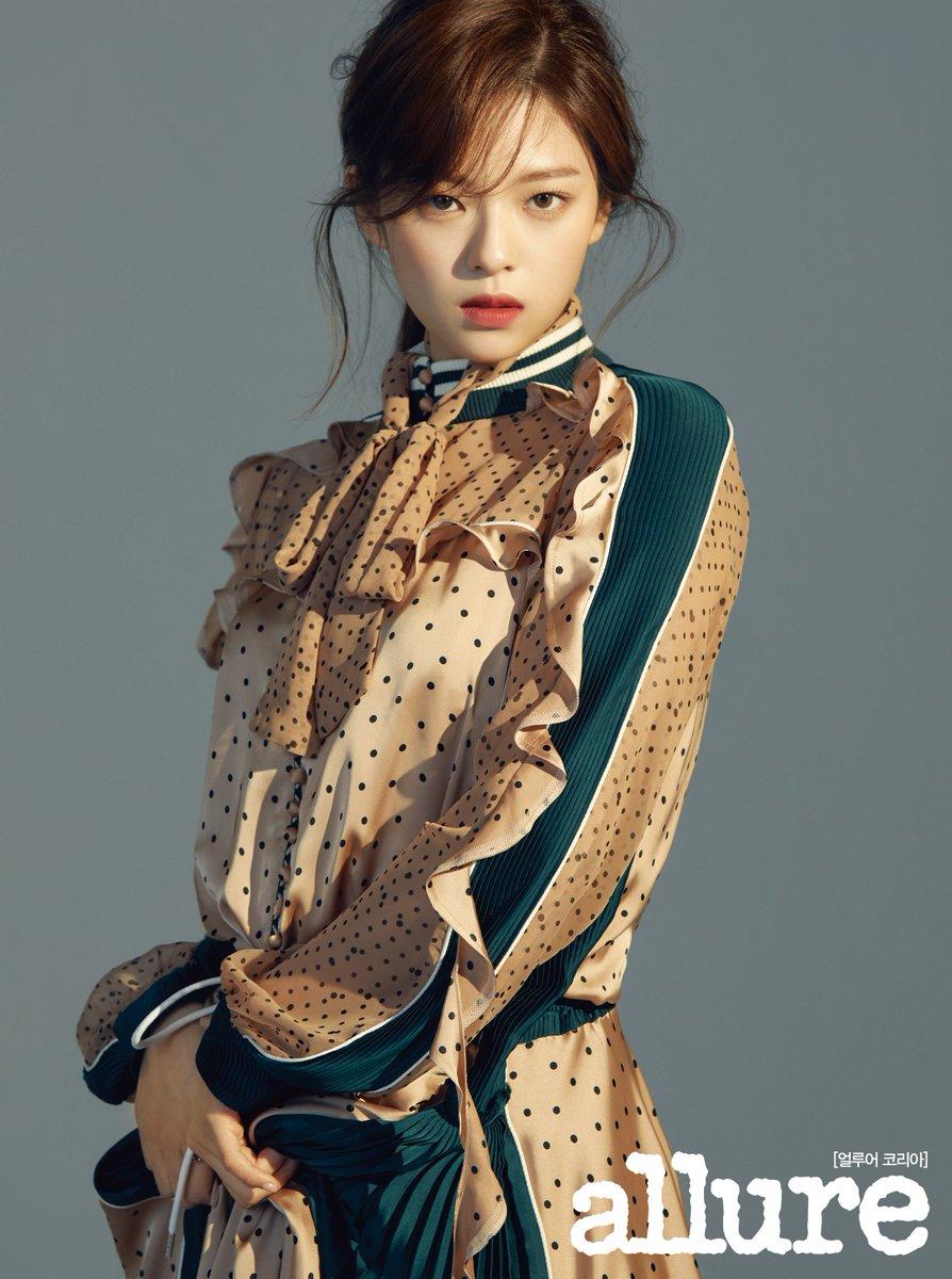 Jeong Yeon có khuôn mặt nhỏ đúng với tiêu chuẩn sắc đẹp phổ biến ở Hàn. Các bác sĩ nói nữ idol mang lại cảm giác của một diễn viên Trung Quốc hoặc người mẫu của thương hiệu thời trang sang chảnh. Phần bọng mắt khiến nữ idol có hình tượng ngọt ngào, trẻ trung.