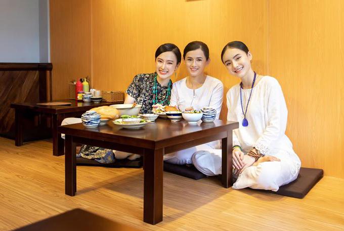 Angela Phương Trinh rạng rỡ khi đi ăn chay cùng mẹ và em gái.