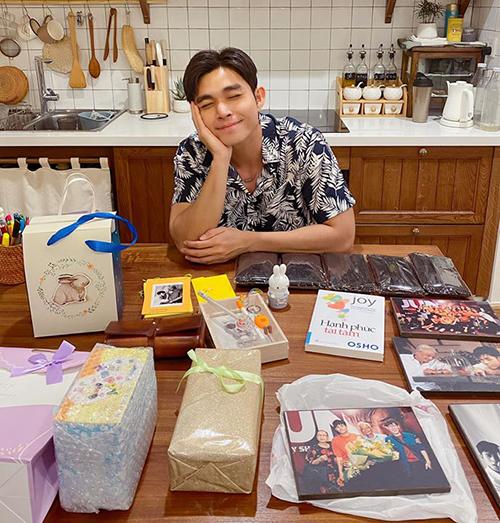 Jun Phạm cười tít mắt hạnh phúc vì được fan gửi tặng rất nhiều quà.