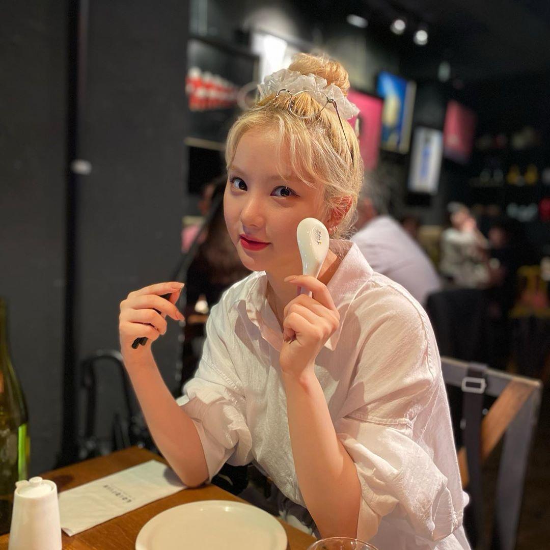Eun Ha búi tóc củ hành tôn khuôn mặt tròn đáng yêu.