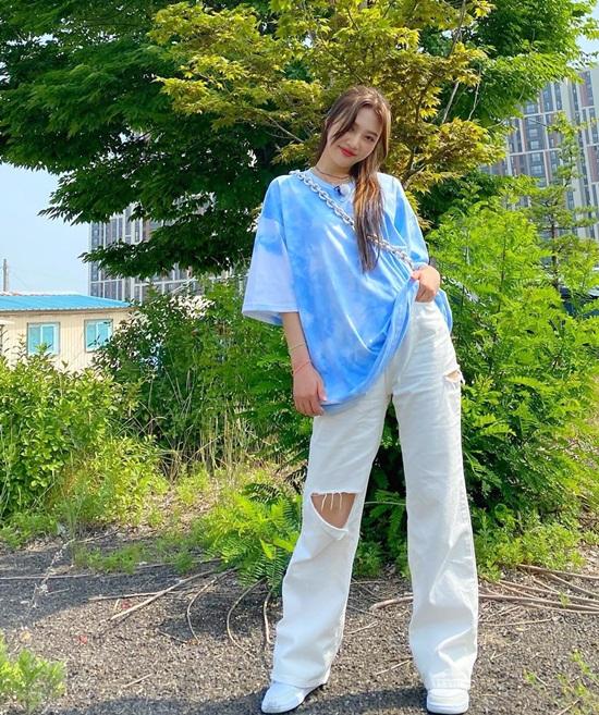 Joy giấu dáng trong chiếc áo phông oversized và quần jeans ống đứng.