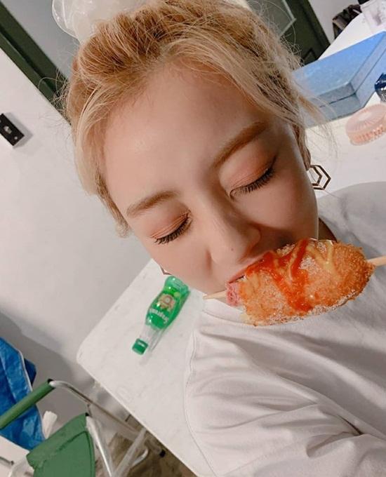 Ji Hyo cắn hotdog ngập răng với vẻ mặt vô cùng hạnh phúc.