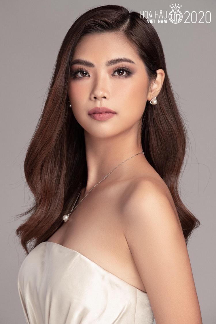 10x tiết lộ bản thân là người cá tính, sáng tạo, sống tình cảm và yêu nghệ thuật. Thi Hoa hậu Việt Nam năm nay, cô muốn thử sức, học hỏi và tích lũy thêm nhiều kinh nghiệm.