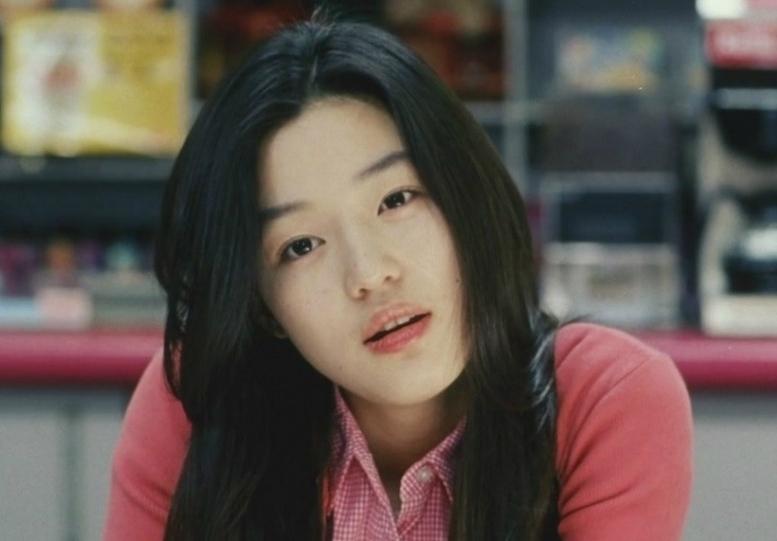 Năm 2001, Jun Ji Hyun khởi sắc sự nghiệp đóng phim nhờ vai diễn đột phá trong Cô nàng ngổ ngáo.