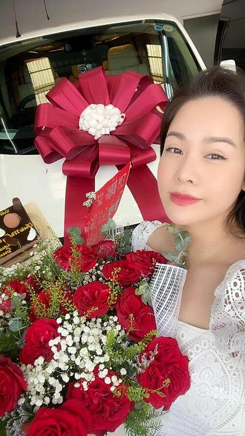 Nhật Kim Anh trong ngày nhận xe mới.