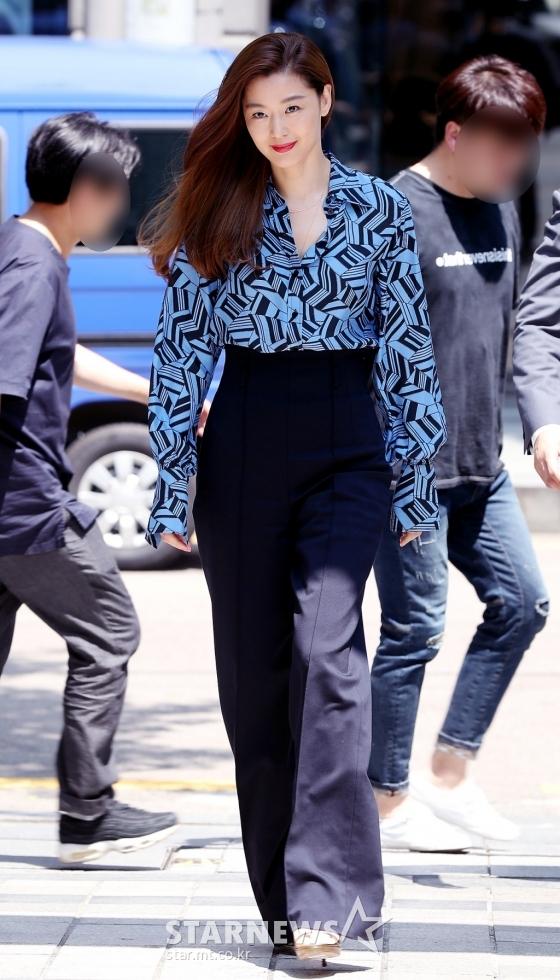 Một số bình luận: Jun Ji Hyun luôn là tình đầu quốc dân đỉnh nhất; Cô ấy không thay đổi nhiều dù đã 20 năm rồi, thật ghen tị; Jun Ji Hyun có một khí chất đặc biệt mà không tìm thấy ở bất kỳ diễn viên nào. Đó là nét đẹp vừa thanh lịch vừa sang trọng, có chút kiêu kỳ ngổ ngáo; Huyền thoại của huyền thoại. Đời sống riêng của Jun Ji Hyun cũng viên mãn nhất trong số các đại mỹ nhân ngày ấy...