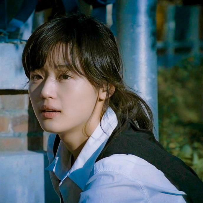 Nét đẹp vừa thuần khiết vừa gai góc khiến Jun Ji Hyun trở thành nàng thơ của nhiều nhiếp ảnh gia thời ấy. Báo chí Hàn đã không tiếc lời khen gương mặt cô đẹp long lanh như giọt sương mai.