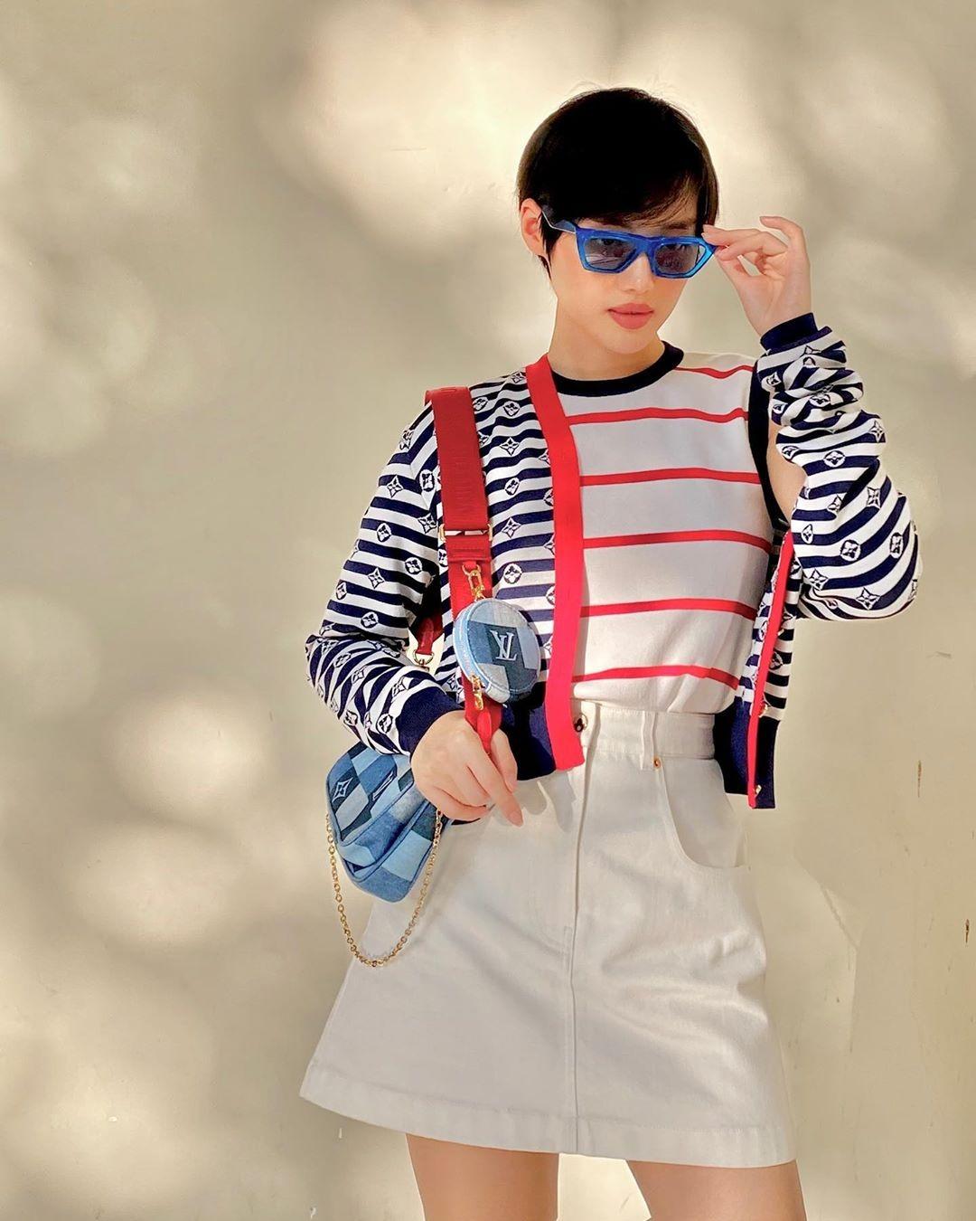 Cardigan lửng có cách mix rất đa dạng. Các cô gái có thể biến thành một chiếc áo khoác che nắng như Thiều Bảo Trang, Khánh Linh.