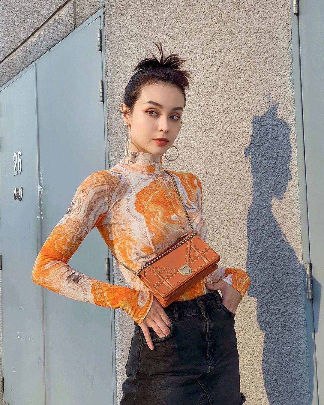 Đặc trưng của kiểu áo này là ôm sát body giúp người mặc khoe vóc dáng. Trên áo in các kiểu họa tiết màu sắc sặc sỡ nổi bật, tạo phong cách cá tính.