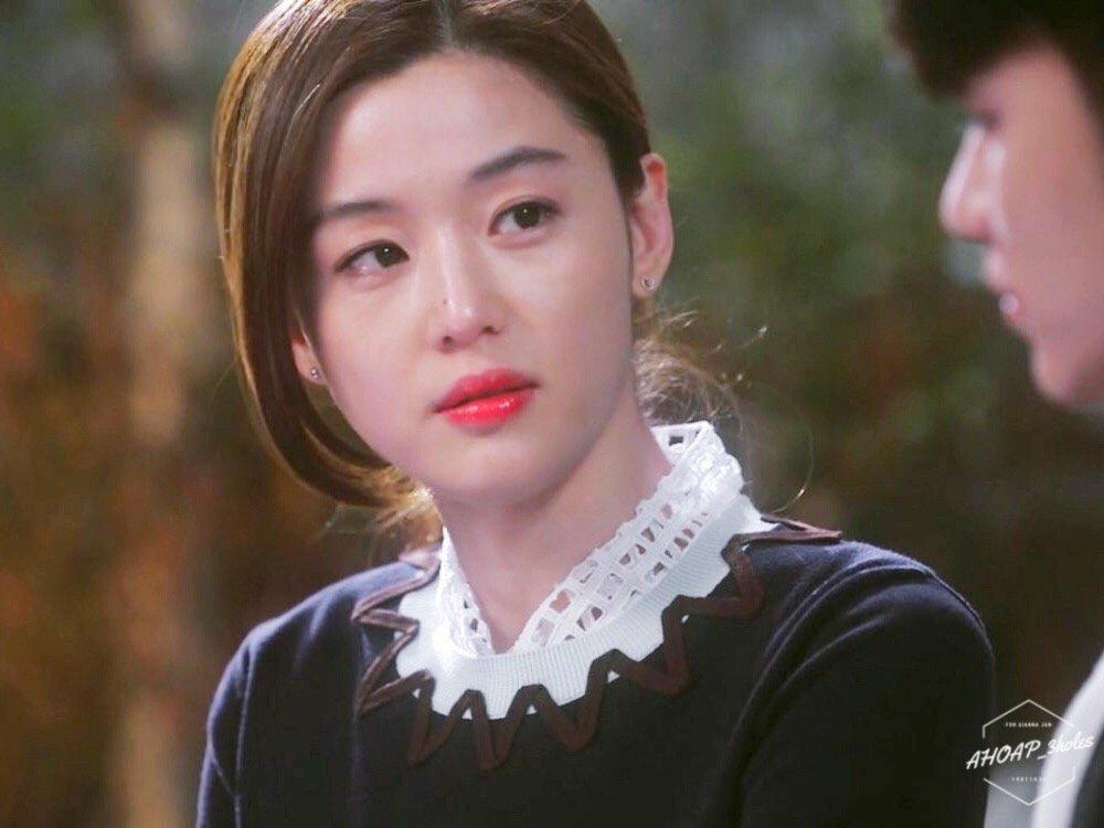 Sau nhiều năm nghỉ ngơi đóng phim, đến 2013, Jun Ji Hyun có màn lột xác với hình tượng mợ chảnh cá tính trong bộ phim Vì sao đưa anh tới. Sức nóng của cô lan tỏa khắp châu Á nhờ thành công của nhân vật Chun Song Yi - một hình mẫu nữ chính đo ni đóng giày cho Jun Ji Hyun..