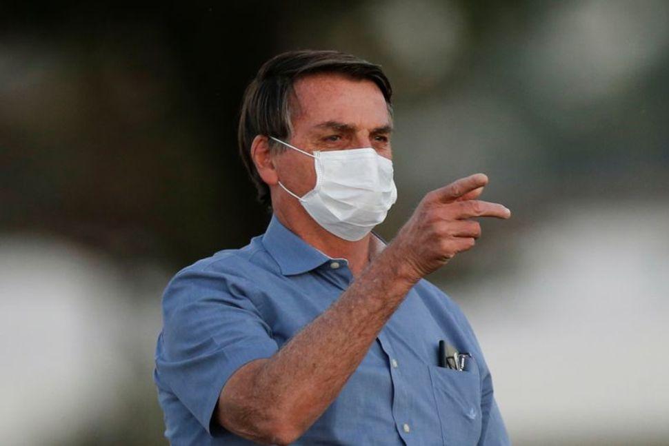 Tổng thống Jair Bolsonaro đến dự lễ Hạ cờ Quốc gia Brazil tại Cung điện Alvorada ở thủ đô Brasilia, ngày 20/7 trong lúc đang điều trị bệnh Covid-19. Ảnh:Reuters.