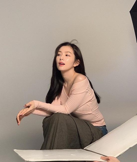 Irene xinh đẹp với làn da sáng bóng trong hậu trường chụp quảng cáo.
