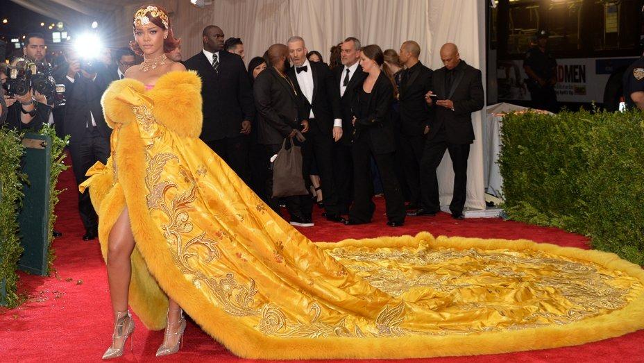 Bộ hoàng bào nổi bật, dài lượt thượt của Rihanna. Ảnh: Shutterstock, AP.