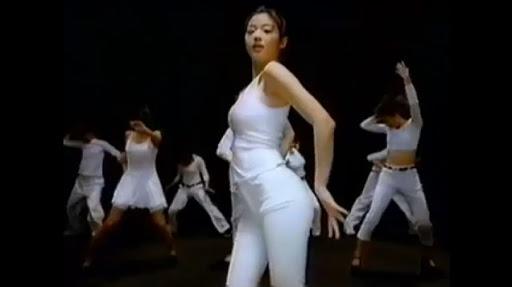 Jun Ji Hyun sinh năm 1981, bắt đầu sự nghiệp năm 1999 với vai trò người mẫu ảnh và các vai phụ trong White Valentine, II Mare... Cô được biết đến nhiều sau video quảng cáo của Samsung. Biểu cảm quyến rũ và điệu nhảy của cô trong quảng cáo đã trở thành biểu tượng với người Hàn Quốc trong độ tuổi thanh xuân thời đó.