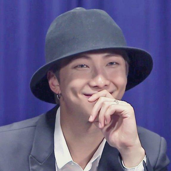 Dưới chiếc mũ che kín, màu tóc của RM cũng chưa lộ rõ. Một số fan cho rằng đây là màu xám, cũng có fan lại nhìn ra màu xanh.