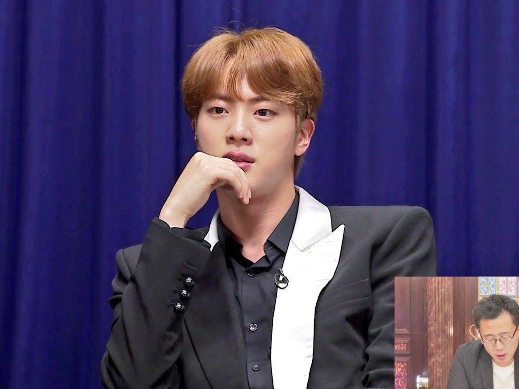 Jin nổi bật với màu tóc cam.