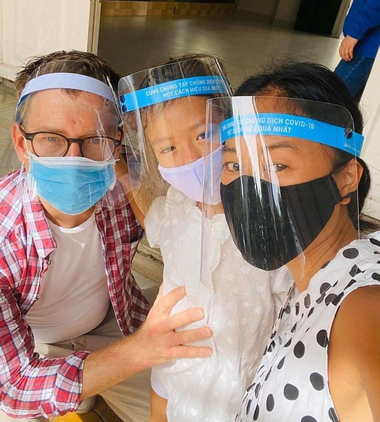Đoan Trang cùng chồng và con gái đi xét nghiệm Covid-19.
