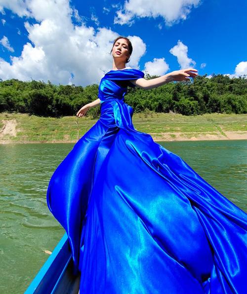 Hòa Minzy tung váy cực nghệ dù đứng chênh vênh trên con thuyền.