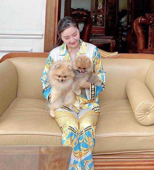 Bảo Thy nựng hai chú cún cưng xinh như hai cục bông.