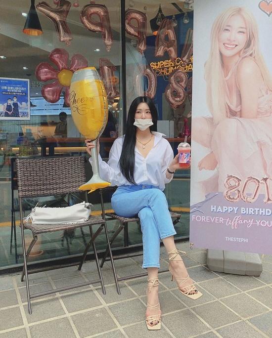 Tiffany ngồi vắt chân tạo dáng mừng sinh nhật.