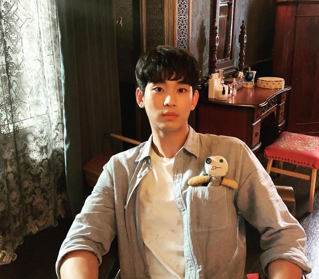 Kim Soo Hyun nhét búp bê vào túi áo.