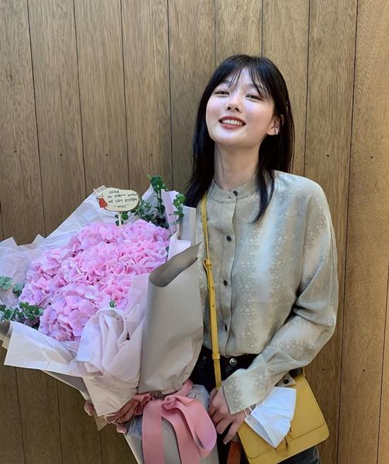 Kim Yoo Jung mặc kín cổng cao tường, sơ vin gọn gàng.