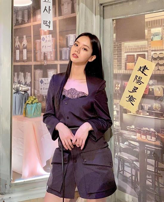Hye Ri diện bộ đồ có thiết kế độc đáo.