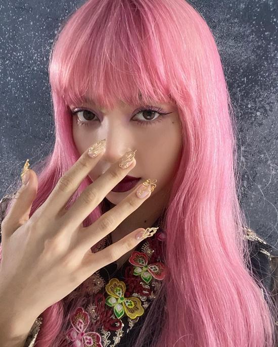 Lisa đội tóc giả hồng