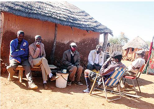 Đám đông tụ tập tại nhà cụ Nkazanyana Ncube. Ảnh: Chronicle.