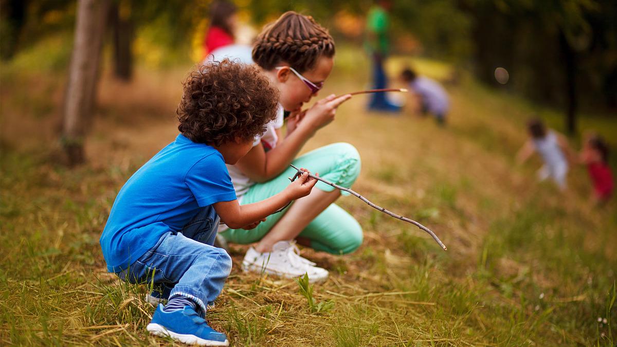 Trẻ em được gửi tới các trại hè để tham gia các khóa học kỹ năng. Ảnh: CNN.