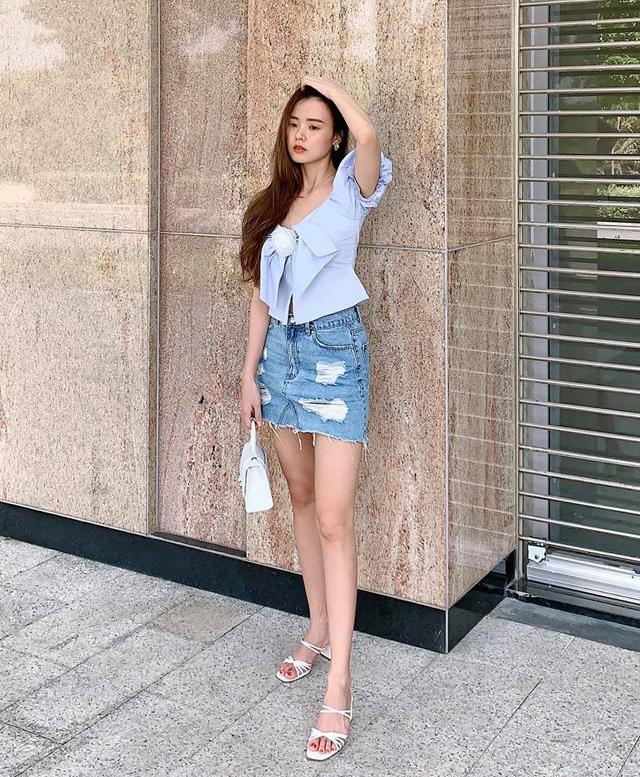 Midu tranh thủ chụp hình trước khi hạn chế ra phố để tránh dịch. Nữ diễn viên dịu dàng với áo nơ xanh pastel đi kèm váy ngắn khoe chân.