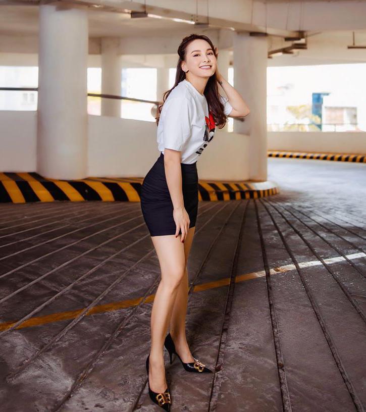 Bảo Thanh được khen trẻ trung, thon gọn khi diện áo phông cùng chân váy ngắn.