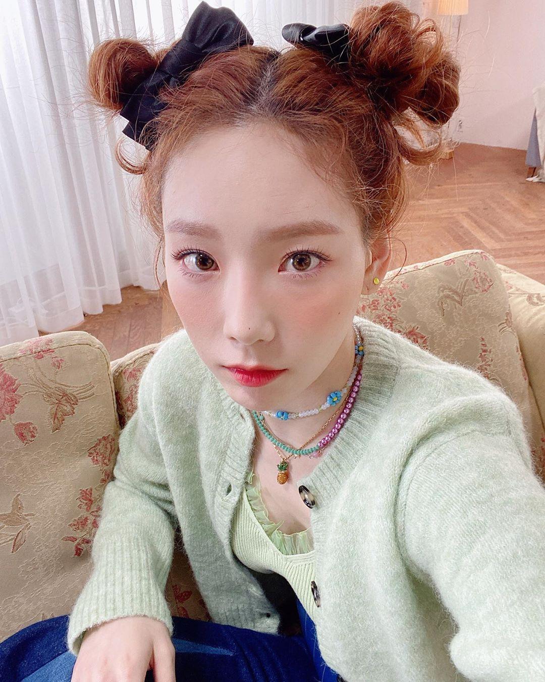 Tae Yeon là một tín đồ của thời trang đầu năm 2000 nên diện vòng nhựa rất tích cực. Cô thường kết hợp vòng theo set, giúp trang phục màu pastel có thêm điểm nhấn.