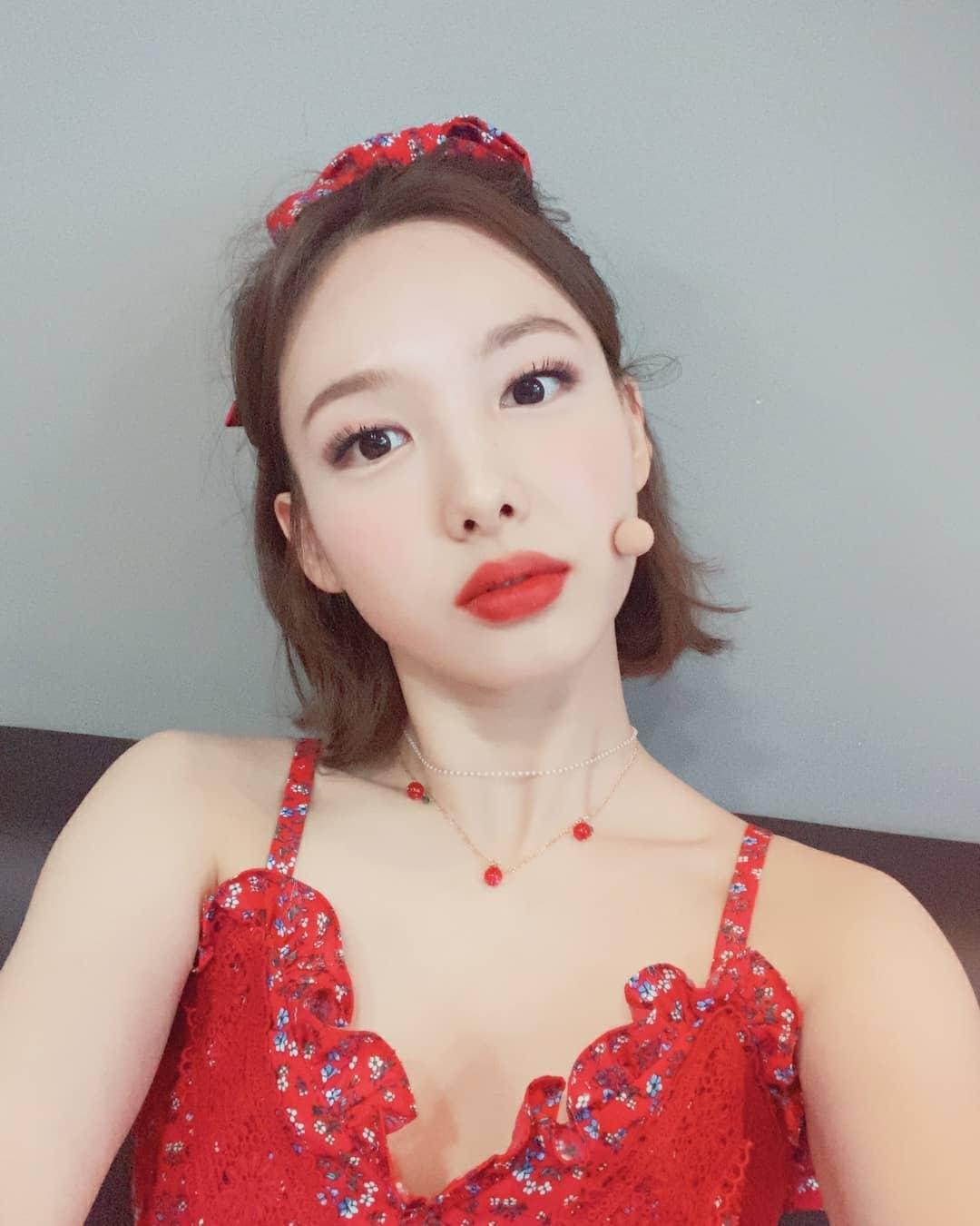 Diện bộ trang phục tông đỏ, Na Yeon đeo thêm vòng cổ hạt nhựa màu tông xuyệt tông, khoe bờ vai gợi cảm.