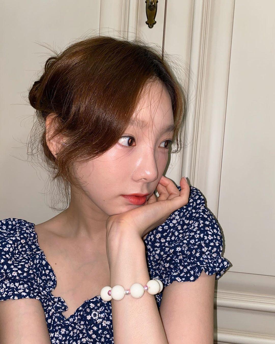 Nữ idol còn sắm cả vòng tay hạt nhựa - món đồ đặc trưng phong cách kẹo ngọt nổi tiếng ở Việt Nam những năm 2010.