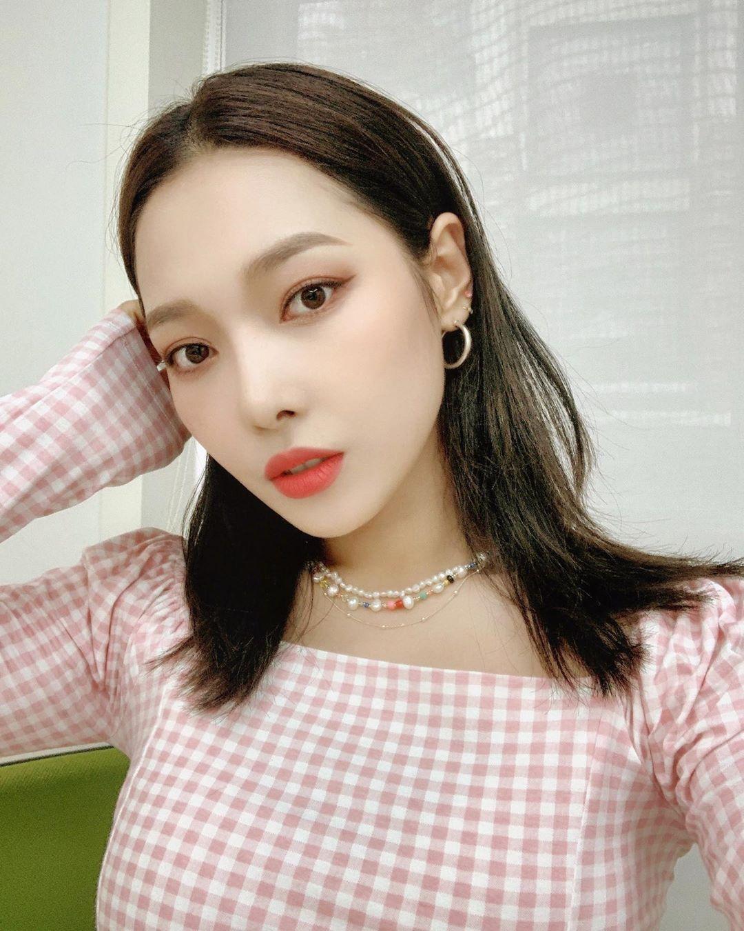 Nữ diễn viên Jeon So Min đeo chiếc dây nhựa màu, một thời từng bị chê quê mùa giờ lại thành hot trend.
