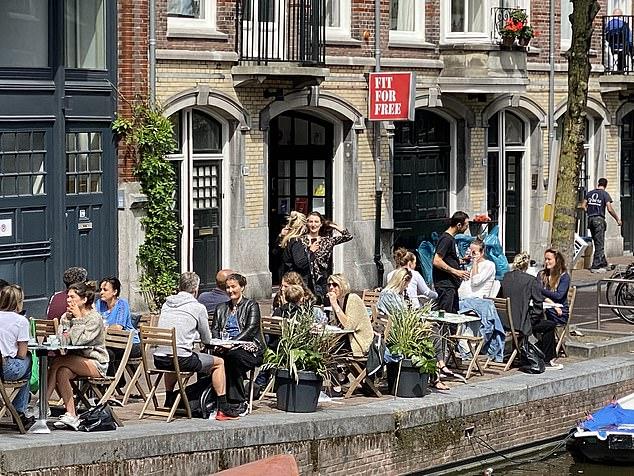 Người dân uống cà phê dọc theo những con kênh ở Hà Lan.