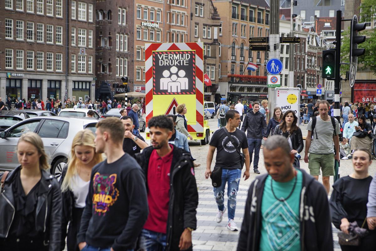 Cảnh đông đúc trên một con phố ở Amsterdam, hôm 25/7.