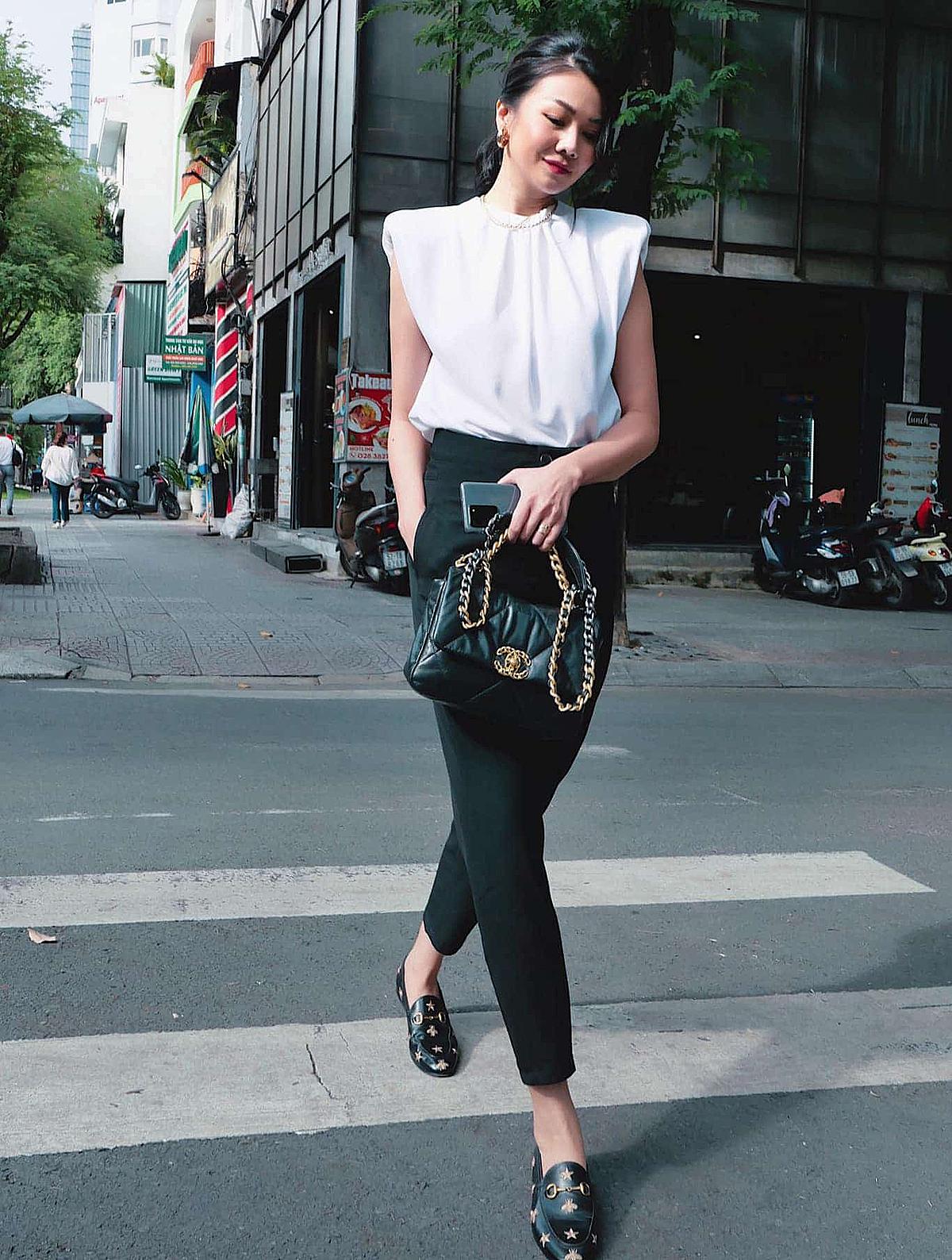 Thiết kế độn vai kiểu cách của Zara được lòng Thanh Hằng. Set đồ chỉ gồm hai tông đen - trắng nhưng vẫn mang đến cho siêu mẫu vẻ nổi bật.