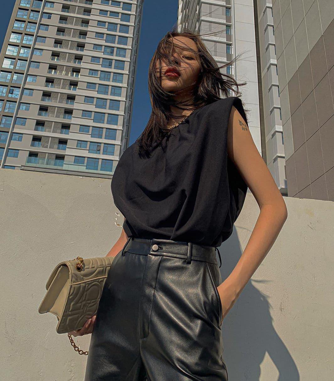 Phí Phương Anh cũng diện mẫu áo giá 1,2 triệu đồng của Zara. Tuy nhiên cách kết hợp với quần da giúp trang phục của chân dài càng thêm mạnh mẽ.