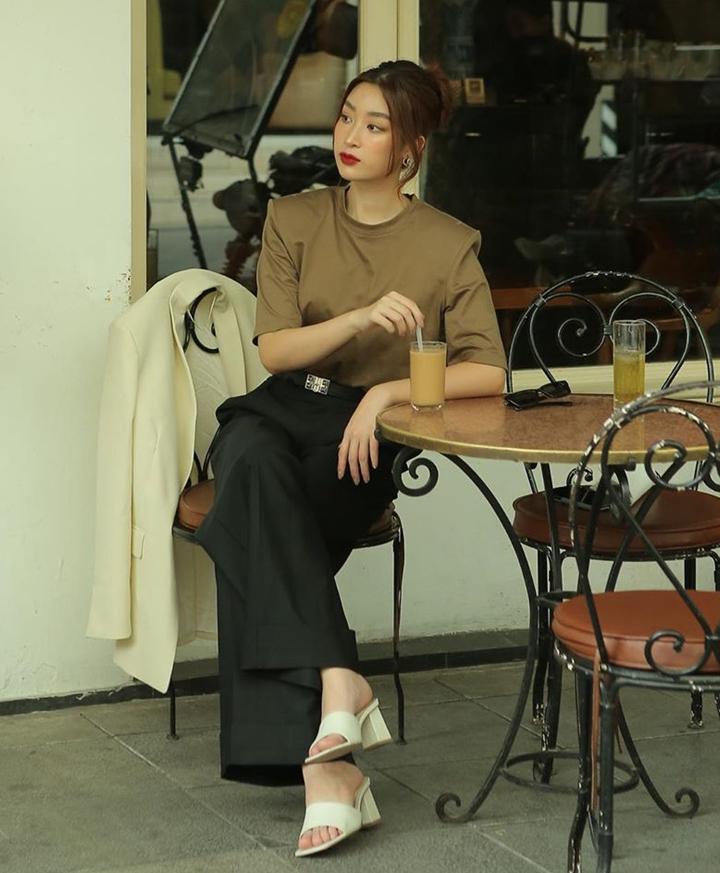 Đỗ Mỹ Linh ra dáng girl boss với trang phục phối màu trung tính thanh lịch, điểm nhấn là thiết kế áo thun độn vai.