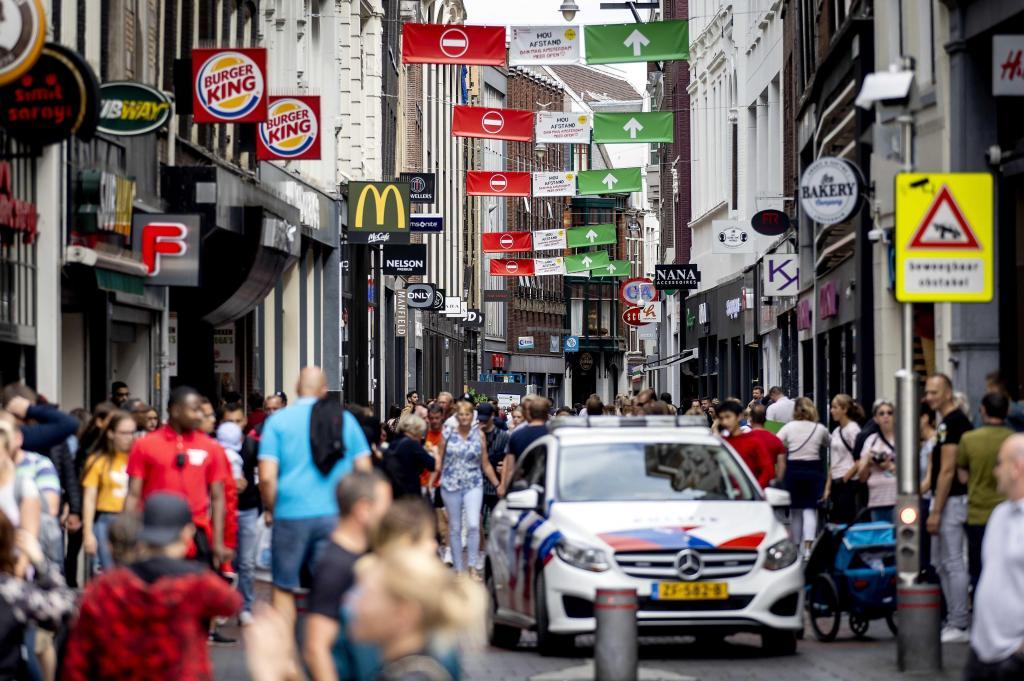 Người dân, khách du lịch tấp nập ở Amsterdam, ngày 23/7.