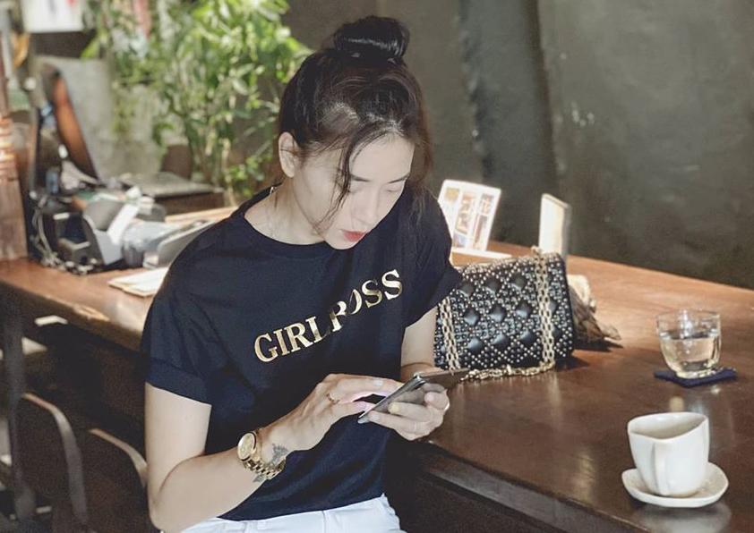 Ngô Thanh Vân trẻ trung khi đi uống cà phê cuối tuần.