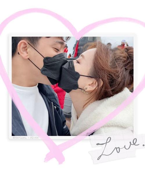 Hari Won đăng ảnh hôn Trấn Thành qua khẩu trang. Đi đâu cũng nhớ đeo khẩu trang nhé, cô nhắn nhủ người hâm mộ.