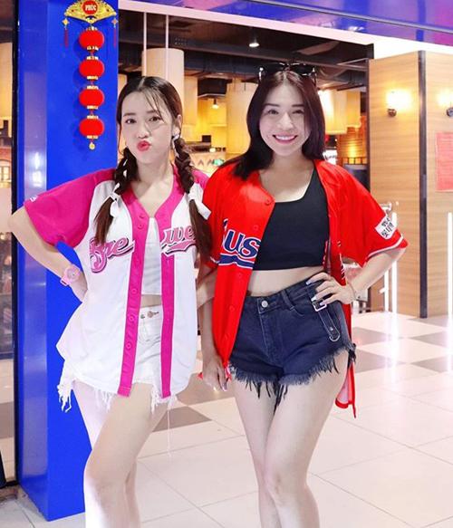 Hai chị em Puka - Khả Như rủ nhau diện đồ ăn ý đến xả stress ở khu vui chơi.