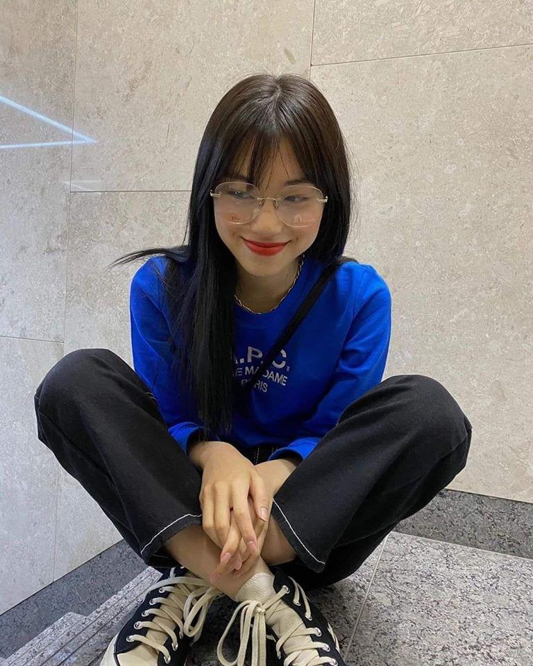 Ngôi sao nhà Fantagio không ít lần khoe những món đồ hàng hiệu trên trang cá nhân. Do Yeon còn nổi tiếng có nhiều mối quan hện thân thiết với các IT Girl như Jennie, Yeri, Na Eun...