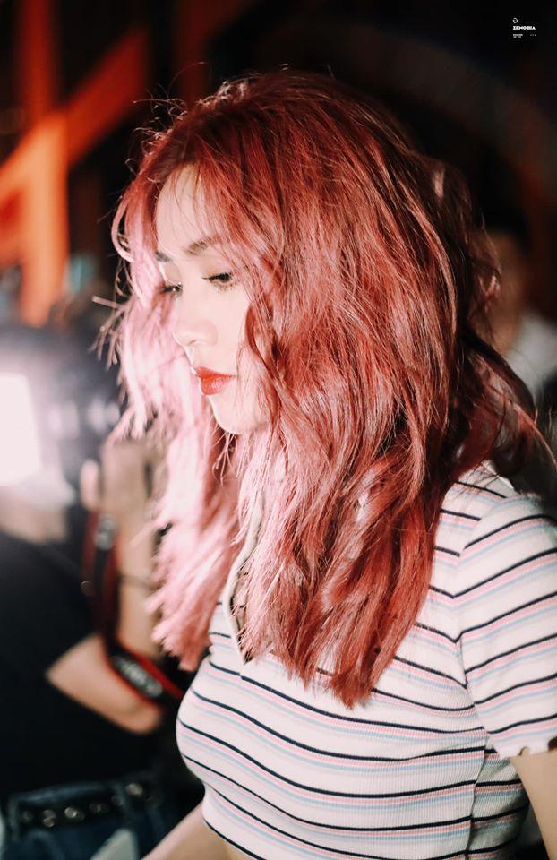 Rapper Tạ Khả Dần nóng bỏng với mái tóc đỏ, gương mặt khi không cười toát lên vẻ cá tính, đậm chất girlcrush.